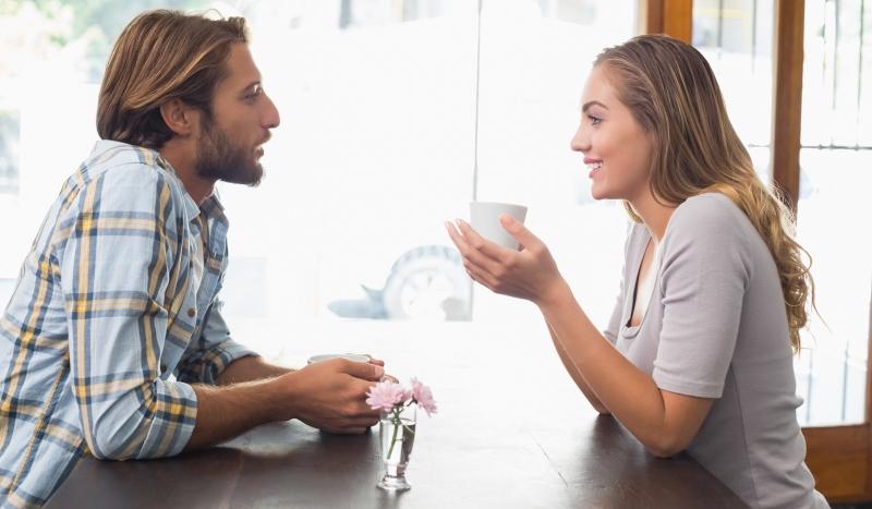 Un couple discute de ses problèmes