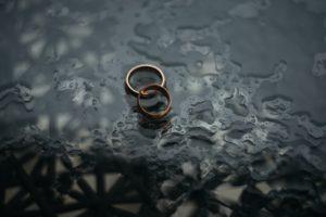 Contenir la cause du divorce
